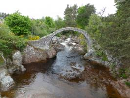 älteste Steinbrücke Schottlands in Carrbridge