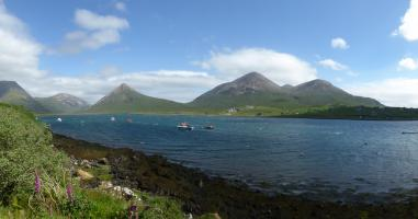 Bucht Loch Scavaig mit Blick auf die Cuillins